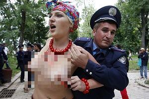 : Rozebrane do pasa feministki zniszczyły kompozycję kwiatową poświęconą 20 rocznicy niepodległości Ukrainy. Biegały nago przed siedzibą rządu w Kijowie. Cztery młode działaczki trafiły do aresztu. Organizacja Femen gromadzi aktywistki, które walczą z dyskryminacją kobiet na Ukrainie, urządzając prowokacyjne manifestacje. Ruch istnieje od 2008 r.