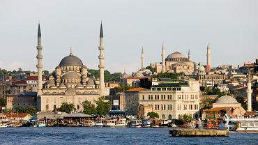 Turcja to nie tylko piękne plaże i pełne atrakcji kurorty. Turcja to także antyczne ruiny, jedyne w swoim rodzaju miasta oraz cuda natury. To trzeba w Turcji zobaczyć! Stambuł. Choć stolicą Turcji jest Ankara, to Stambuł pozostaje sercem tego kraju. To jedyne na świecie miasto położone na dwóch kontynentach, po obu stronach cieśniny Bosfor. Jest wielkie, zjawiskowe, szokuje i zachwyca jednocześnie. Biedota i bogactwo tworzą tutaj dziwną mieszankę. Warto zobaczyć wszystkie sztandarowe zabytki Stambułu - pałac sułtański Topkapi z haremem i skarbcem, bazylikę Hagia Sophia, Błękitny Meczet, pozostałości antycznego hipodromu, Muzeum Adama Mickiewicza w domu, w którym zmarł. Ponadto można spojrzeć na Stambuł z pokładu statku płynącego po Bosforze i  nawet jeśli nie zamierza się nic kupować, trzeba odwiedzić bazary Egipski i Kryty. Stambuł to miasto absolutnie magiczne.