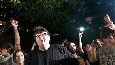 """Michael Moore wśród """"okupujących Wall Street"""" w 2011 r."""