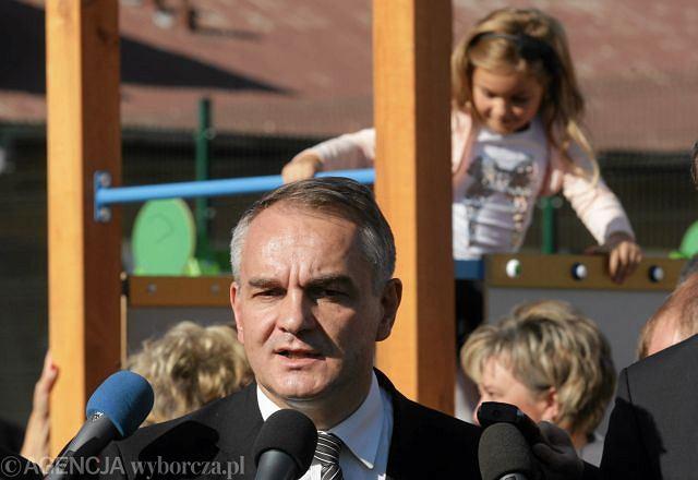 Wicepremier Waldemar Pawlak podczas otwarcia samorządowego przedszkola w Daleszycach (1 października 2011)