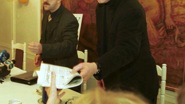 Konferencja prasowa tygodnika ''Fakty i Mity'', Łódź, 9 marca 2000 r. Z lewej redaktor naczelny tygodnika Roman Kotliński, z prawej zabójca ks. Popiełuszki, były oficer SB Grzegorz Piotrowski