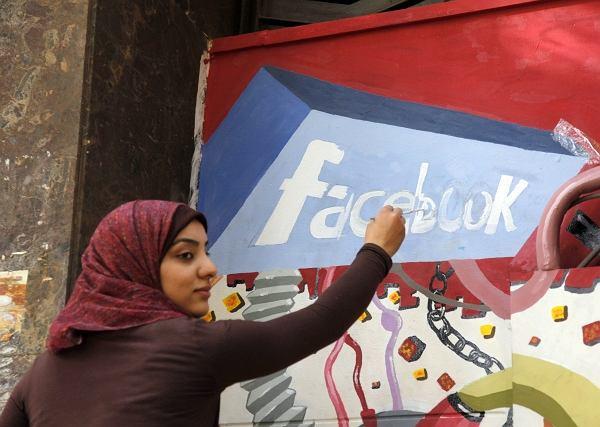 Studentka z Uniwersytetu w Helwanie w Egipcie maluje mural upamiętniający obalenie Hosni Mubaraka (marzec 2011)
