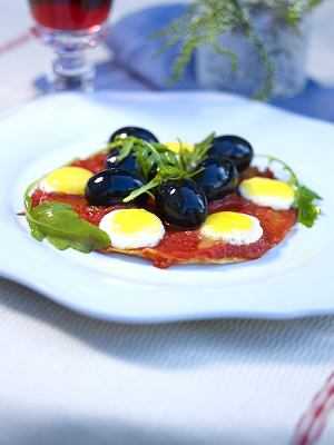 Naleśniki z sosem pomidorowym i oliwkami