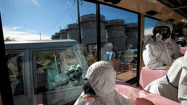 Dziennikarze w drodze do uszkodzonej elektrowni atomowej w Fukushimie