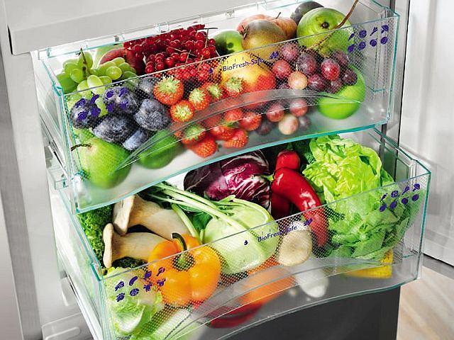 Szuflada HydroSafe o dużej wilgotności powietrza sprawia, że przechowywane w niej owoce i warzywa pozostają dłużej świeże