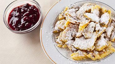 Kuchnia austriacka w Stubaiu (Tyrol, Austria). Kaiserschmarrn (cukrzone naleśniki z rodzynkami) z powidłami śliwkowymi