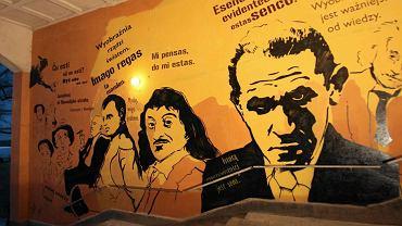 Mural odsłonięto w sobotę w bramie budynku na ul. Nowolipki 4. Poświęcony jest twórcy języka esperanto Ludwikowi Zamenhofowi.