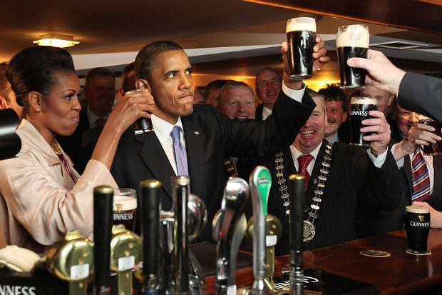 Barack Obama i jego żona Michelle piją piwo Guinness podczas wizyty w Irlandii