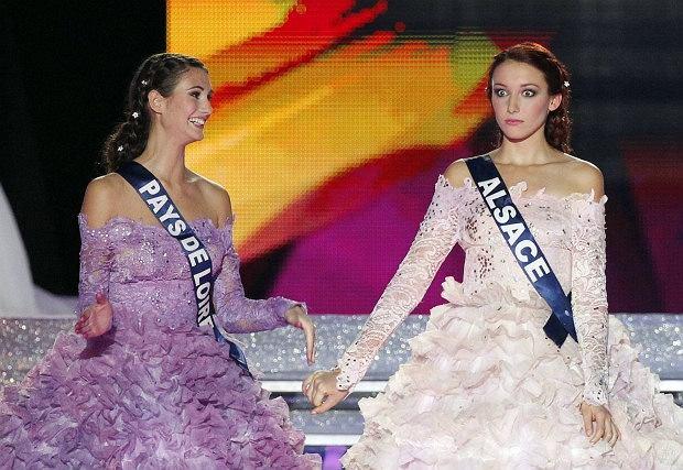 ...na najpiękniejszą kobietę Francji. Tytuł Miss Francji 2012 otrzymała Miss Alzacji Delphine Wespiser. Poza tym otrzymała także tytuł specjalny tytuł Miss Spontanicznej Reakcji na Werdykt przyznany przez redakcję Deser.pl.