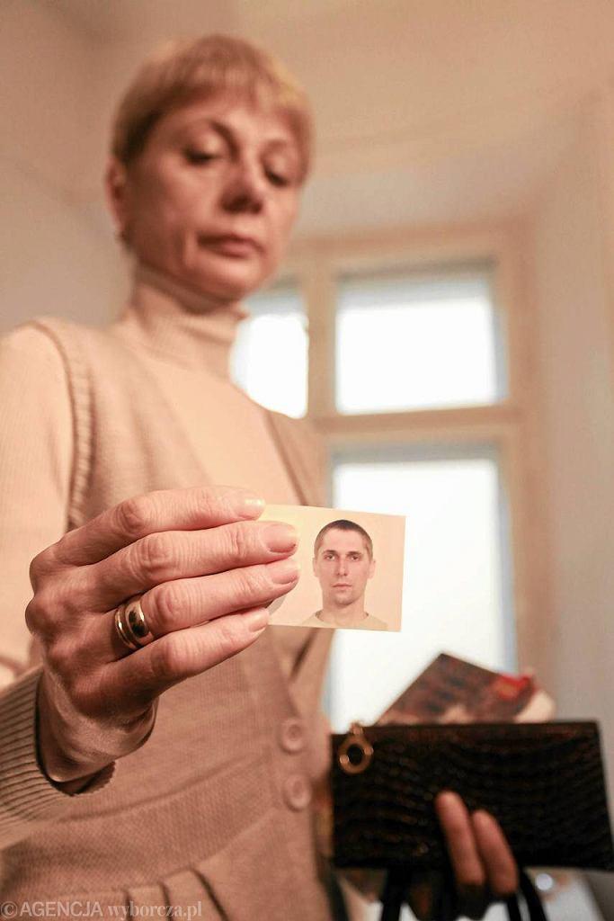 Lubou Kawalou pokazuje zdjęcie syna