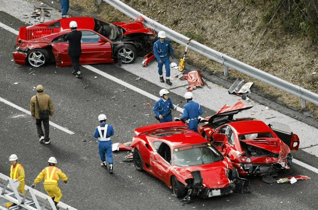 Na japońskiej autostradzie Chugoku rozbiło się osiem ferrari, trzy mercedesy, lamborghini, nissan i skromna toyota. To nie ''Top Gear'', to zdarzyło się naprawdę.