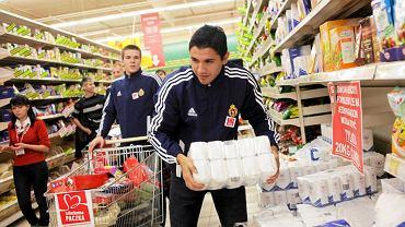 Piłkarze Wisły robią zakupy dla Świątecznej Paczki