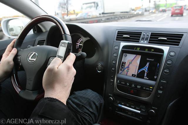Kierowcy którzy prowadzą i rozmawiają są czterokrotnie bardziej narażeni na kolizję
