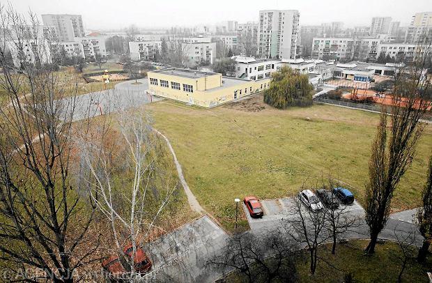 17.11.2011 WARSZAWA , SKWER W OKOLICACH ULIC CYBISA I DUNIKOWSKIEGO , NA KTORYM MA POWSTAC BUDYNEK MIESZKALNY .  FOT. BARTOSZ BOBKOWSKI / AGENCJA GAZETA SLOWA KLUCZOWE: SKWER URSYNOW