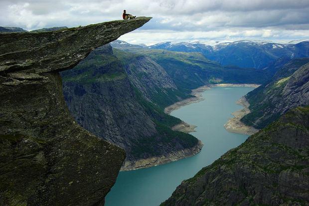 Norwegia. Stavanger i okolice - granitowy klif, szmaragdowe łąki, kolorowe domki