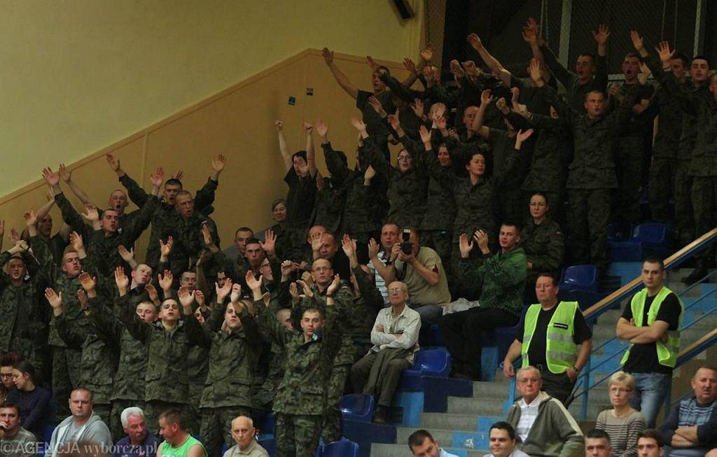 Maj 2011 r. Za mundurem panny sznurem? Z kolei za koszykarkami Energi to żołnierze idą jak w ogień. To ich sektor na meczu z Tęczą Leszno.
