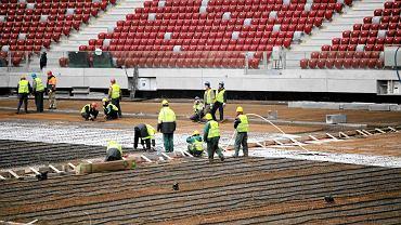 Na Stadionie Narodowym trwa zbrojenie płyty boiska