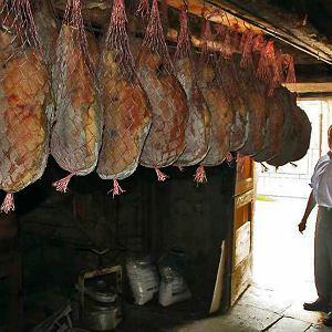 Szynki suszące się w piwnicy Jeana- -LouisaImberta, masarza z Canourgue