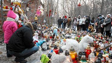W miejscu, gdzie znaleziono ciało Madzi ludzie składają znicze i zabawki