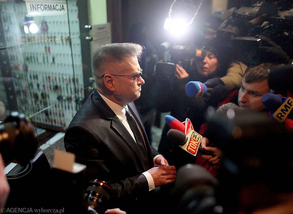 Krzysztof Rutkowski przekazał prokuraturze nowy dowód. To rękawiczki w których matka dziecka - Katarzyna W. - pogrzebała córkę