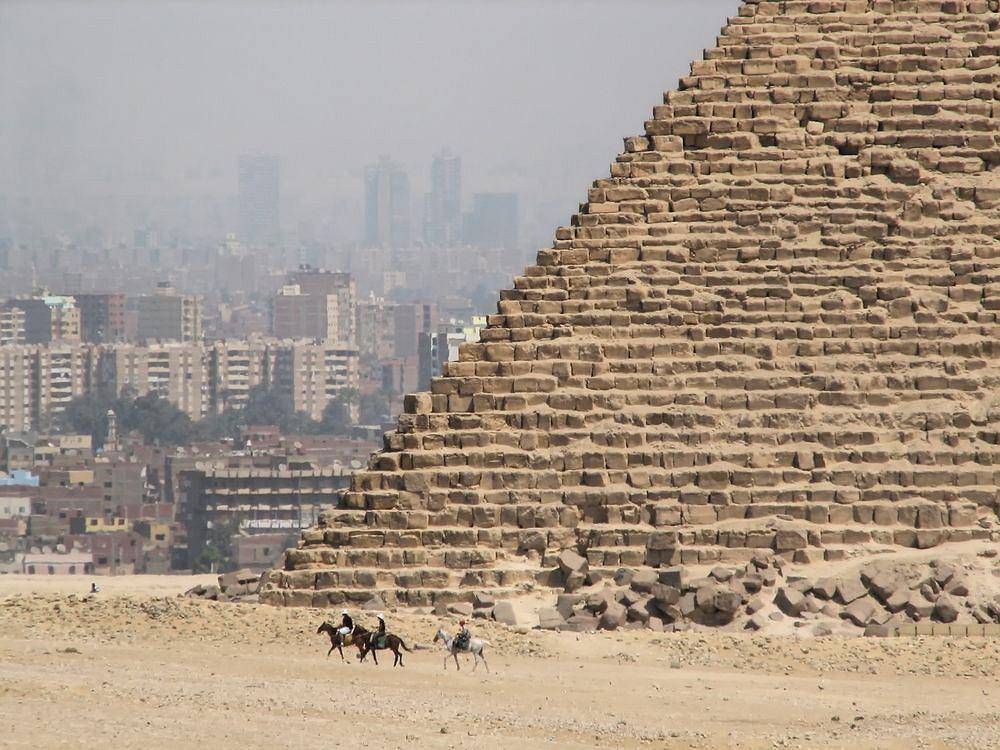 Egipt. Giza piramidy.
