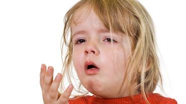 Krup wirusowy charakteryzuje świst wdechowy, chrypka, suchy i szczekający kaszel.