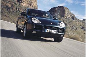 Porsche Cayenne pierwszej generacji z wyciekającym paliwem