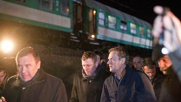 Premier Donald Tusk na miejscu katastrofy w Chałupkach w woj. śląskim, gdzie zderzyły się dwa pociągi Warszawa-Kraków i Przemyśl-Warszawa.