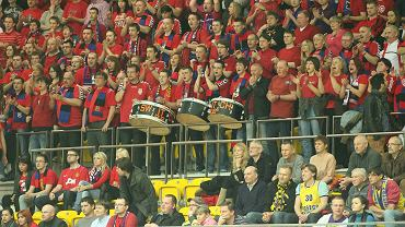 Kibice Czarnych Słupsk (czerwone koszulki)
