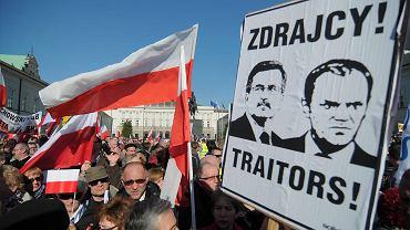 Tłumy przed Pałacem Prezydenckim podczas przemówienia Jarosława Kaczyńskiego.