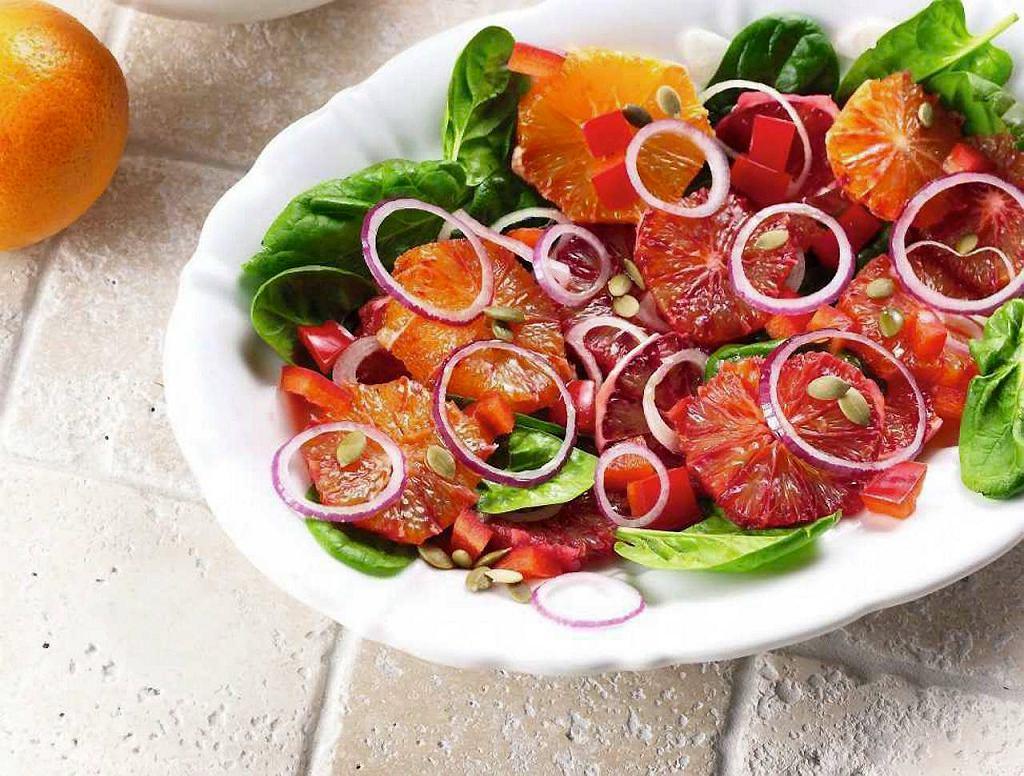 Sałatka z pomarańczy i czerwonej cebuli