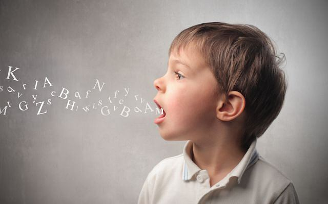 Wiele dzieci z jąkania wyrasta. Zarazem nie można go lekceważyć i odkładać diagnostyki w czasie. Wczesne rozpoznanie zwiększa szanse na pełne wyeliminowanie problemu