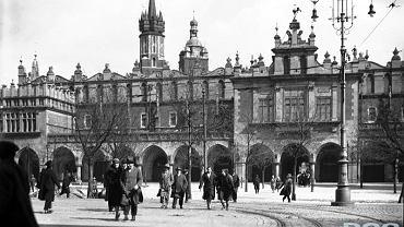 Kraków. Rynek Główny. Sukiennice widziane od ulicy Szewskiej, 1927 rok, fot. nac.gov.pl
