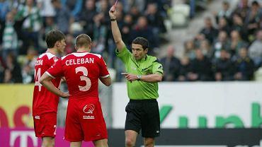 Sędzia pokazuje czerwoną kartkę dla Tadeusza Sochy