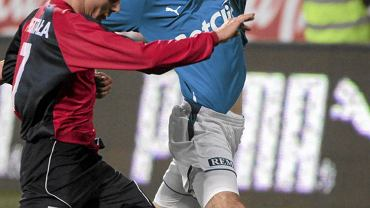 Obrońca Marcin Kamiński(z prawej)w barwach Lecha Poznań podczas meczu z Piastem Gliwice, 2009 r.