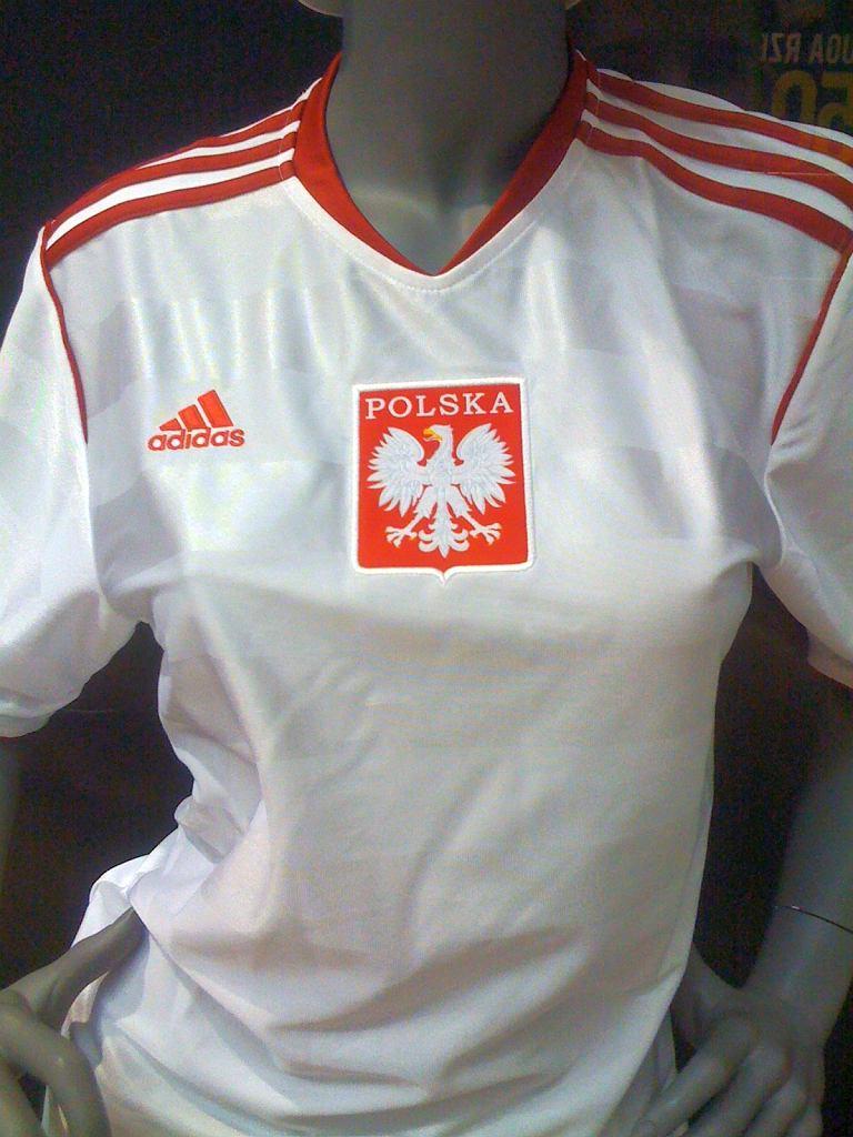 Koszulka adidasa z orzełkiem bez korony pojawiła się w sklepach