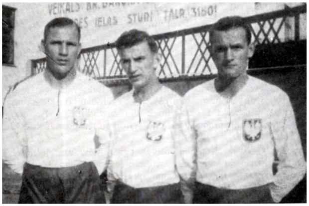 M. Dusik, B. Gendera i P. Danielak w reprezentacyjnych koszulkach przed meczem Polska-?otwa, r. 1938.