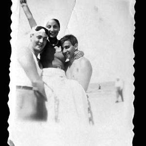 Zuzanna Ginczanka w towarzystwie kolegów. Równe, sierpień 1934 r.