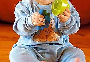 Siedmiomiesięczne niemowlę: Jagoda, bawiąc się, ciągle zerkała, czy jestem w pobliżu.