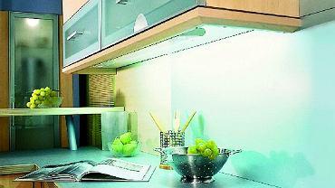 Świetlówki pod szafkami wiszącymi oświetlają powierzchnię blatu roboczego bardziej równomiernie niż lampki halogenowe.