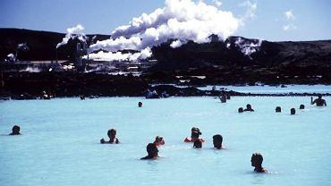 Niedaleko Rejkiawiku, stolicy Islandii, która jest równocześnie położoną najdalej na północ stolicą świata znajduje się Błękitna Laguna. Ludzie z całego świata zjeżdżają by się tu wykąpać