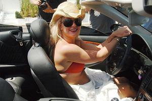 Britney nie jest wymagająca. Auto mu spełniać 2 warunki - musi być Mercedesem i kabrioletem. Kolor nie gra roli. Ma białego, czarnego, srebrnego i kto jakiego jeszcze.