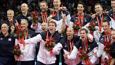 Amerykanie, w tym Scott Touzinsky (trzeci z prawej w dolnym rzędzie), świętują w Pekinie olimpijskie złoto