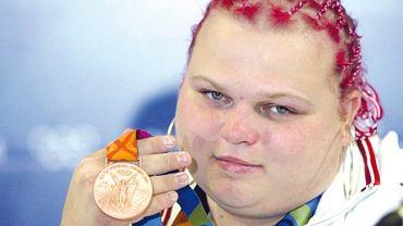 Agata Wróbel z medalem zdobytym w Atenach