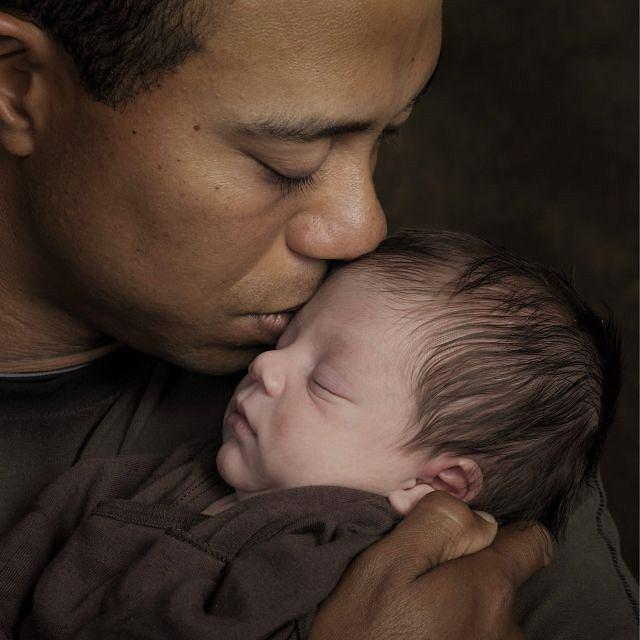 Dumny tata czule całuje swojego synka. Charlie Woods urodził się 8 lutego 2009 roku.