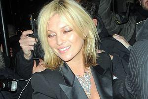 Kate Moss. W jaśniejszym kolorze i włosach o długości do ramion prezentuje się o wiele lepiej! Wygląda na młodszą.