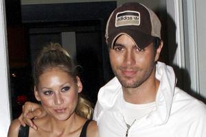 Nikt tak do końca nie wie, czy są już po ślubie, czy jeszcze nie. Tak czy inaczej, Enrique Iglesias i Anna Kurnikova robią sobie wypady na romantyczne kolacje. Tu przyłapano ich w Miami Beach.