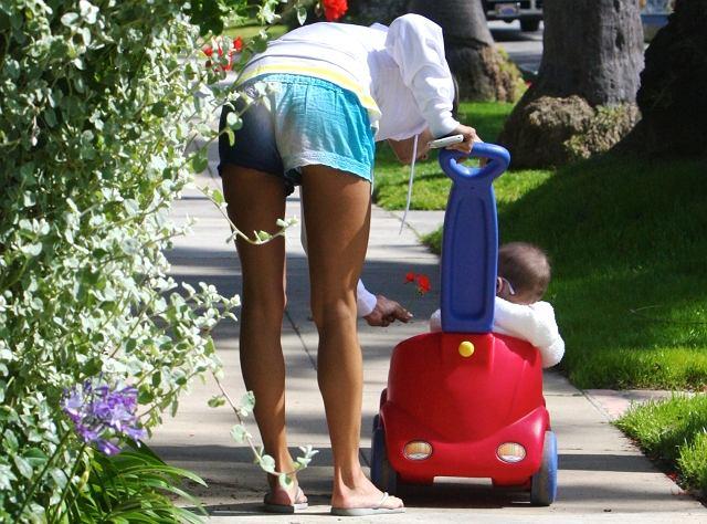 Alessandra Ambrosio zaliczana jest do najlepszych i najpiękniejszych modelek świata. Może to okrutne, ale jej córeczka nie zdradza jeszcze urody mamy. Bardziej przypomina...mopsika.