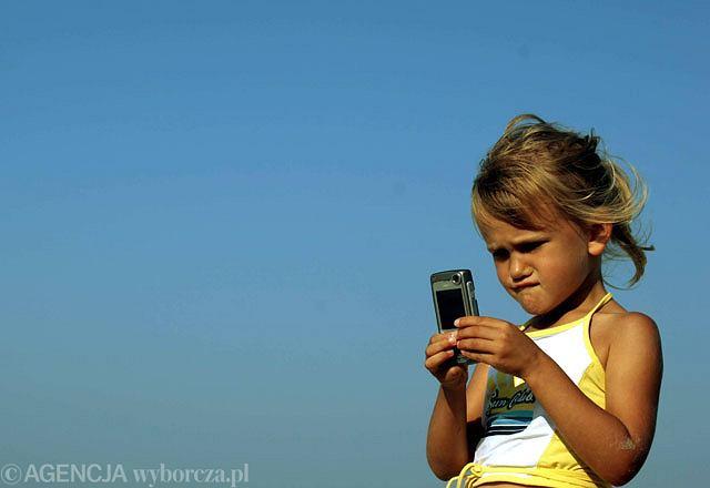 Rodzice kupują kilkulatkom telefon komórkowy, gdyż chcą mieć z nim stały kontakt.