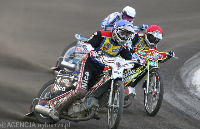 Mateusz Lampkowski (w niebieskim kasku) jeździł w zwycięskim meczu w Gorzowie.